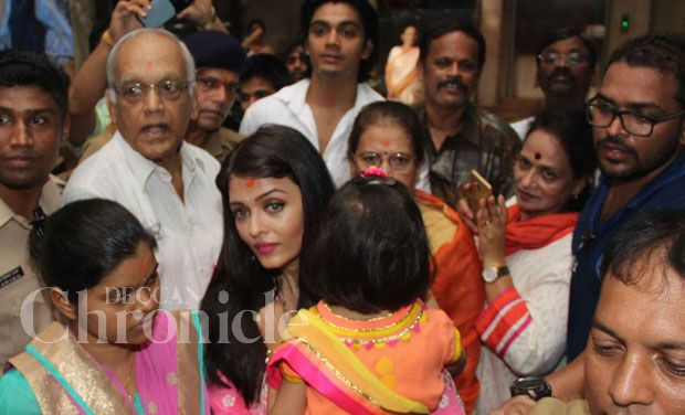 Aaradhya and mommy Aishwarya all smiles as they visit Siddhivinayak temple