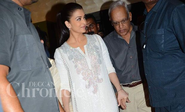"Aishwarya Rai Bachchan goes to fantastic ""Jazbaa"" debut with folks, Jaya shows up"