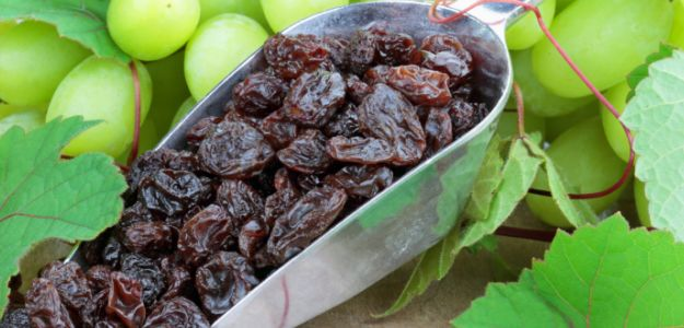Why It Is Healthier to Eat Raisins Soaked in Water